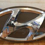 Logo Hyundai hút nổi, mạ crome xuyên sáng